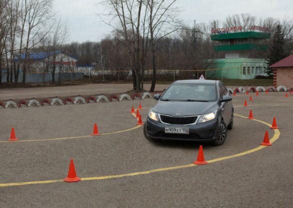 Уроки вождения в автошколе Перекресток - управление автомобилем на автодроме